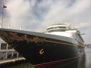 ニューヨーク港に着くディズニークルーズ