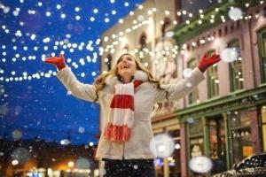 幸せなクリスマスを楽しむ女性